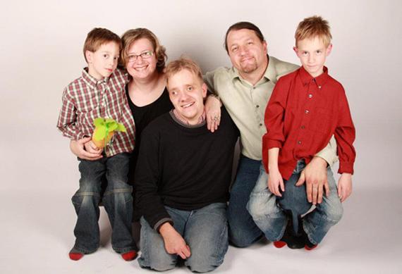 Branislav Škripek má s manželkou Andrejkou dvoch synov, ku ktorým si osvojili postihnutého Marcela (v strede)