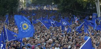 Bulvár v Tbilisi zaplavený opozičnými demonštrantmi