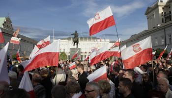 Demonštranti proti zvýšeniu dôchodkového veku pri prezidentskom paláci vo Varšave