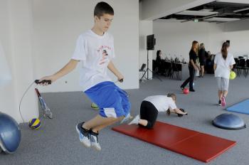 Deti cvičia počas ukážky k projektu o aktívnom životnom štýle Nebuď lenivý