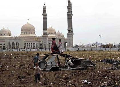 Deti sa hrajú vo vraku automobilu v jemenskej metropole Saná