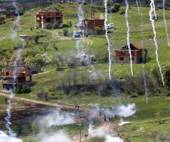 EÚ stavia albánskym utečencom v severnom Kosove nové domy. Srbi proti tomu protestujú, preto proti nim nasadzujú políciu