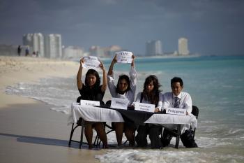 Enviromentálni aktivisti ukazujú plasticky na dopady klimatických zmien - rast hladiny oceánov