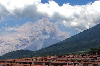 Guatemalská sopka Fuego začala chŕliť lávu a popol
