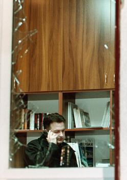 Ivica Dačič, srbský premiér, zachytený na fotke z roku 2000, kedy explózia rozbila okná v sídle srbskej socialistickej strany