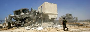 Izraelský vojenský buldozér demoluje palestínske domy na palestínskych autonómnych územiach