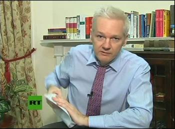 Julian Assagne vo videolinku z ekvádorskej ambasády v Londýne