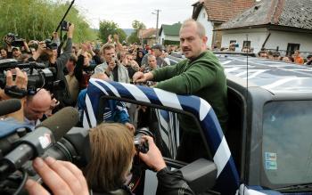 Kotleba po poldňovom predvolaní na políciu do Krásnej Hôrky napokon dorazil