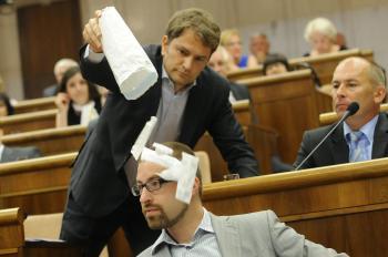 Líder OĽaNO Igor Matovič obsypáva injekčnými striekačkami poslanca SaS Martina Poliačika, ktorý sa priznal ku drogovým eskapádam