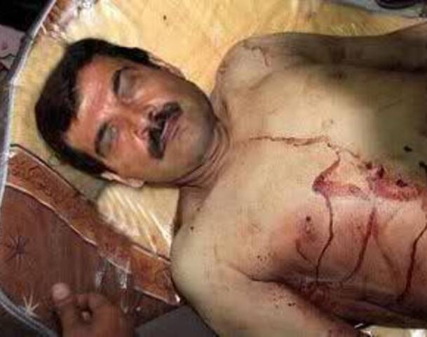 Mŕtve telo generála Assada Šafkat po útoku samovražedného opozičného atentátnika