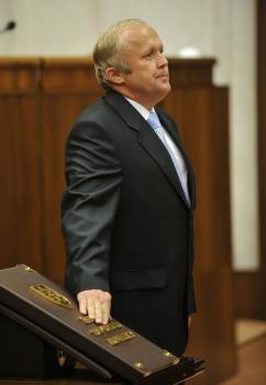 Martin Fecko v pozore pri skladaní poslaneckého sľubu
