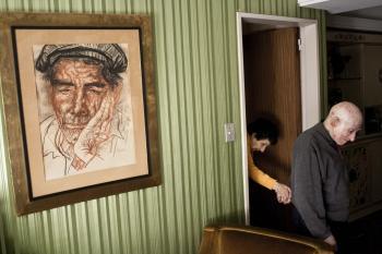 Muž vedie do obývačky svoju manželku, ktorej diagnostikovali Alzheimerovu chorobu