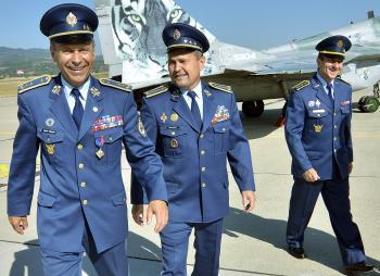 Na snímke zľava odchádzajúci veliteľ VzS OS Martin Babiak, náčelník Generálneho štábu OS Peter Vojtek a nový veliteľ Miroslav Korba po skončení oficiálneho ceremoniálu