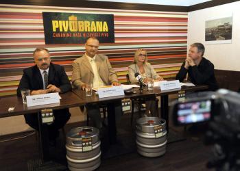 Na snímke zľava podpredseda Asociácie malých nezávislých pivovarov Slovenska Ladislav Kovács, predseda asociácie Ľubomír Vančo, podpredsedníčka asociácie Beáta Murková