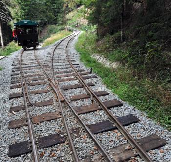 Namiesto parných lokomotív používajú dnes motorové drezíny