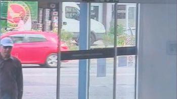 Neznámy páchateľ, ktorý v utorok 4. septembra 2012 lúpežne prepadol pobočku banky na bratislavskej Kaštieľskej ulici