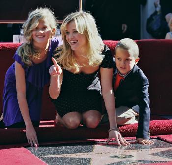 Oscarová Reese Witherspoon na chodníku slávy so svojimi najžiarivejšími hviezdami, dcérou Avou a synom Deaconom