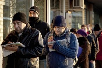 Po niekoľkých mesiacoch bezvýsledného hľadania práce ľudia často rezignujú, zmieria sa z bezmocnosťou a chudobou