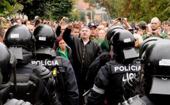 Policajný kordón zabránil prívržencom Ľudovej strany Naše Slovensko vstúpiť do rómskej osady v Krásnohorskom Podhradí