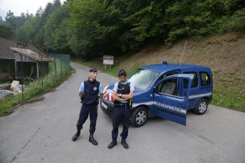 Policajti blokujú cestu vo Francúzskych Alpách, na ktorej sa odohral tragický incident