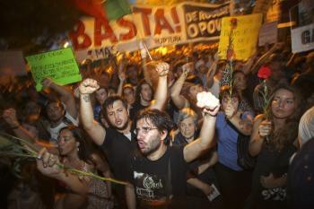 Portugalci protestujú pred prezidentským palácom v Lisabone proti úsporným opatreniam vlády Pedra Coelha