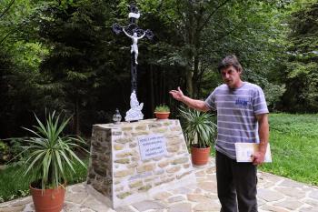 Predseda OZ SANS SOUCI z Iljašoviec Ondrej Frankovič pri kríži neďaleko kaplnky v lese