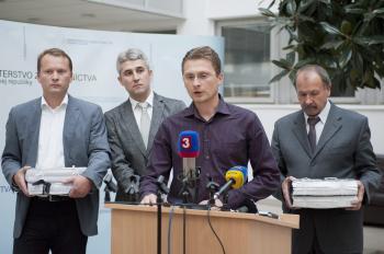 Predstavitelia Lekárskeho odborového združenia, za mikrofónom predseda Peter Visolajský