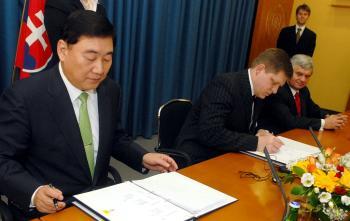 Premiér Robert Fico podpisuje investičnú zmluvu so Samsung Electronics