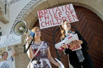 Protest pred britskou ambasádou v Bratislave kde účastníci vyjadrili podporu pre Ivanu Bóorovú