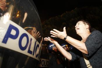 Protestujúci pred policajným kordónom