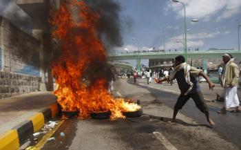 Protestujúci zakladajú oheň pre opevnenou americkou ambasádou v Jemene
