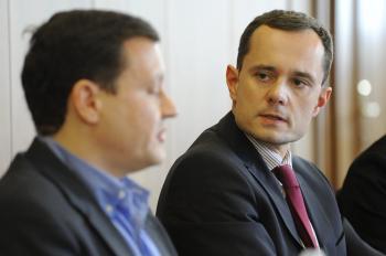 Radoslav Procházka hľadí na svojho niekdajšieho straníckeho kolegu Daniela Lipšica