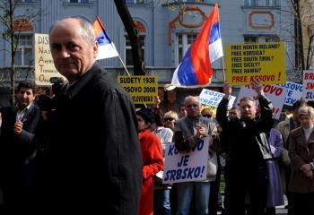 S KDH sa rozchádza najmä v otázkach zahraničnej politiky. Čarnogurský neuznáva výlučnú orientáciu Slovenska na Európsku úniu a NATO pod americkým vedením