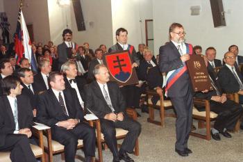 Slávnostný akt podpísania Ústavy Slovenskej republiky. Na snímke poslanci prinášajú Ústavu, štátny znak, pečať a vlajku SR
