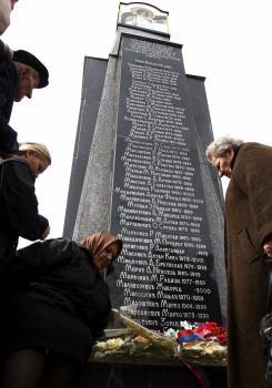 Srbi sa zhromažďujú okolo pamätníka venovaného obetiam bombardovania zo strany NATO a Srbom zavraždeným počas kosovského konfliktu v rokoch 1998 - 1999 v Kosovskej Mitrovici 24. marca 2009