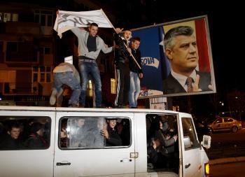 Stúpenci premiéra Hashima Thaciho oslavujú jeho víťazstvo v prvých parlamentných voľbách v Kosove