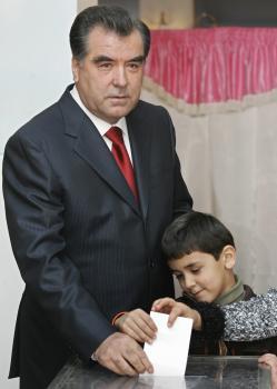 Tadžikistanský úradujúci prezident Emomali Rachmonov so synom