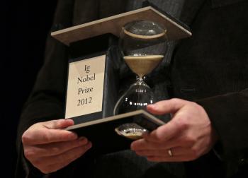 Trofej pre alternatívne Ig Nobelove ceny, ktoré odovzdali na Harvardovej univerzite v americkom Massachusetts