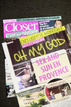 Výtlačok francúzskeho bulvárneho magazínu Closer je vystavený v sídle časopisu v Montrouge pri Paríži