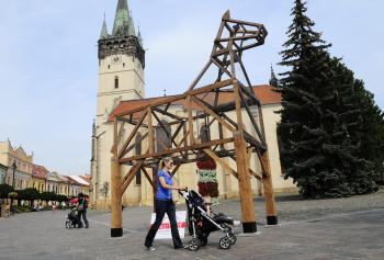 V centre Prešova priamo pred radnicou a kostolom inštalovali sedem metrov vysokého koňa