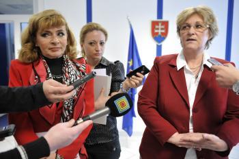 Vpravo ombudsmanka Jana Dubovcová a vľavo prezidentka Slovenskej komory sestier a pôrodných asistentiek Mária Lévyová