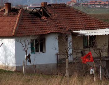 Vyhoretý dom kosovských Srbov 20. marca 2004 v Srbmi obývanej dedine Svinjare. 130 domov a pravoslávny cintorín vyrabovali a vypálili kosovskí Albánci