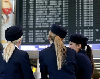 Zamestnanci nemeckej leteckej spoločnosti Lufthansa sa zhromažďujú pri termináli počas štrajku