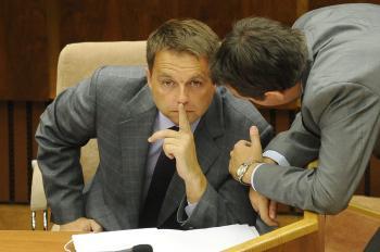 Zamyslený minister financií Peter Kažimír počas schôdze parlamentu