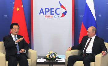 Ruský prezident Vladimir Putin sa rozpráva so svojím čínskym partnerom Chu Ťin-tchaom počas summitu krajín Ázijsko-tichomorskej ekonomickej spolupráce