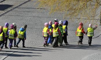 Škôlkári v reflexných vestách na prechádzke