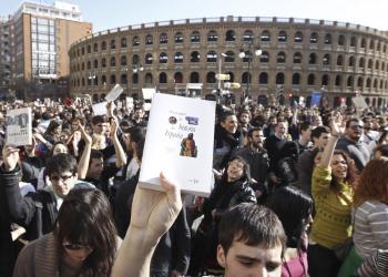 Štrajkujúci v španielskej Valencii držia v rukách svoje učebnice. Po skončení vysokej školy väčšina z nich bude mať problém nájsť si prácu