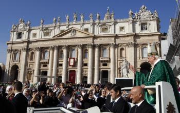 Benedikt XVI. (vpravo) pozdravuje veriacich na námestí sv. Petra