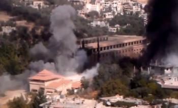 Dopady tureckých delostreleckých granátov na sýrske mesto