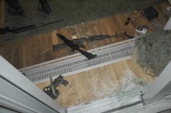 Fotografia zo zatýkania Juraja O., alias Piťa bývajúceho v dome obohnanom päťmetrovým múrom s ostnatým drôtom. Kukláči sa dnu museli dostať helikoptérou